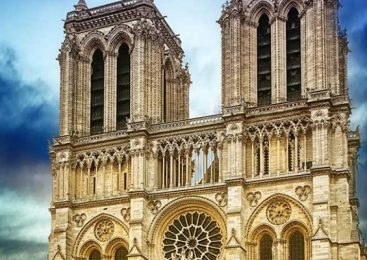 เข้าถึงศาสนาเมื่อเข้าชมมหาวิหารนอเทรอดาม Notre Dame Cathedral